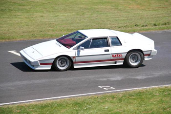 Lotus_Esprit_Turbo_White_Castle_Combe